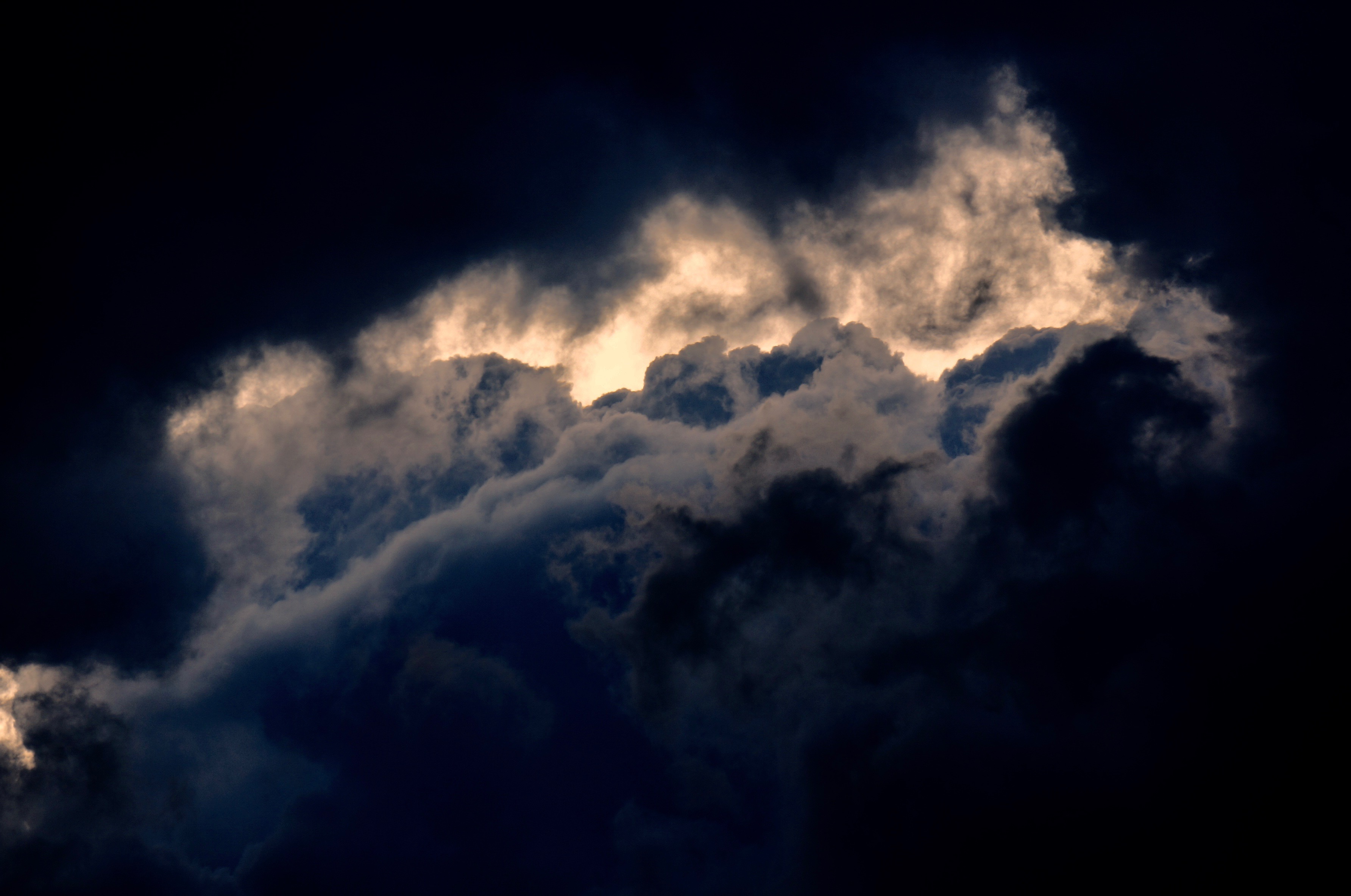 zon maan en donkere wolken